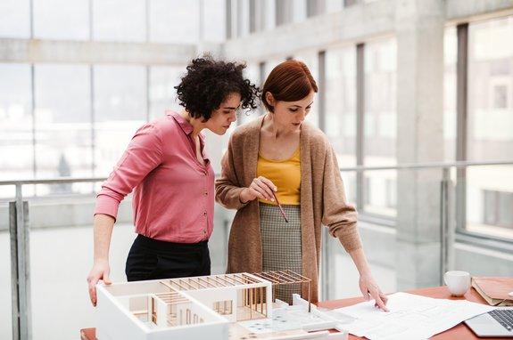 zwei Architektinnen mit Modell