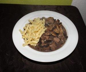 Nudeln auf Champignon-Rotwein-Filet