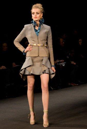 Auf der Show von Zac Posen auf der Mercedes Benz New York Fashion Week Herbst Winter 2009 trägt das Model ein beiges Kostüm mit türkiser Bluse