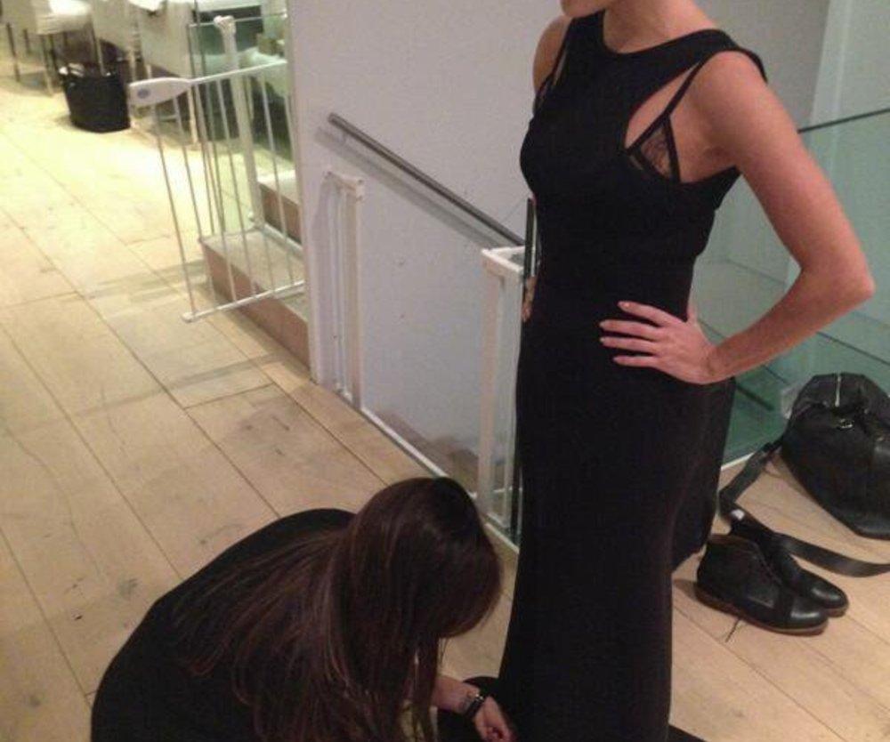 Victoria Beckham fällt vor Eva Longoria auf die Knie
