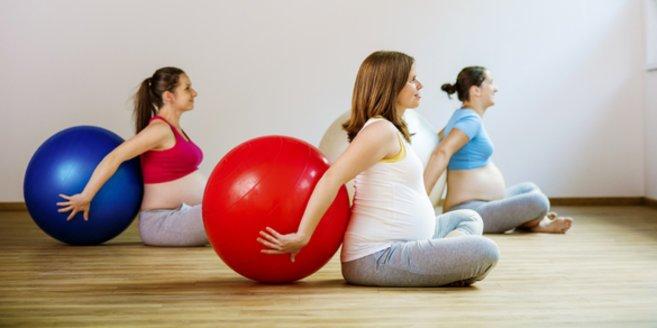 Geburtsvorbereitungskurs: Schwangere Frauen mit Gymnastikball