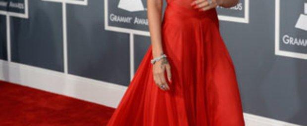 """""""Bitte die Brüste bedeckt halten - und wenig Haut zeigen"""", lautete die Kleiderordnung für die Grammys 2013. Rihanna scherte sich nicht drum und erschien im transparenten, roten Abendkleid und gab so natürlich den Blick auf ihre Brustwarzen frei."""