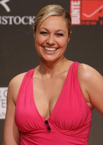 Ruth Moschner in einem pinken Kleid.