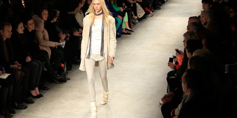 Model in Weiß
