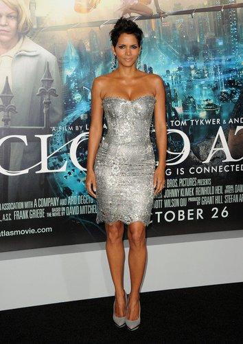 Halle Berry in einem silbernen Kleid.