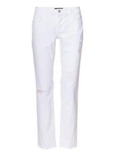 Die Boyfriend Jeans ist durch ihre weiße Farbe sehr ungewöhnlich.