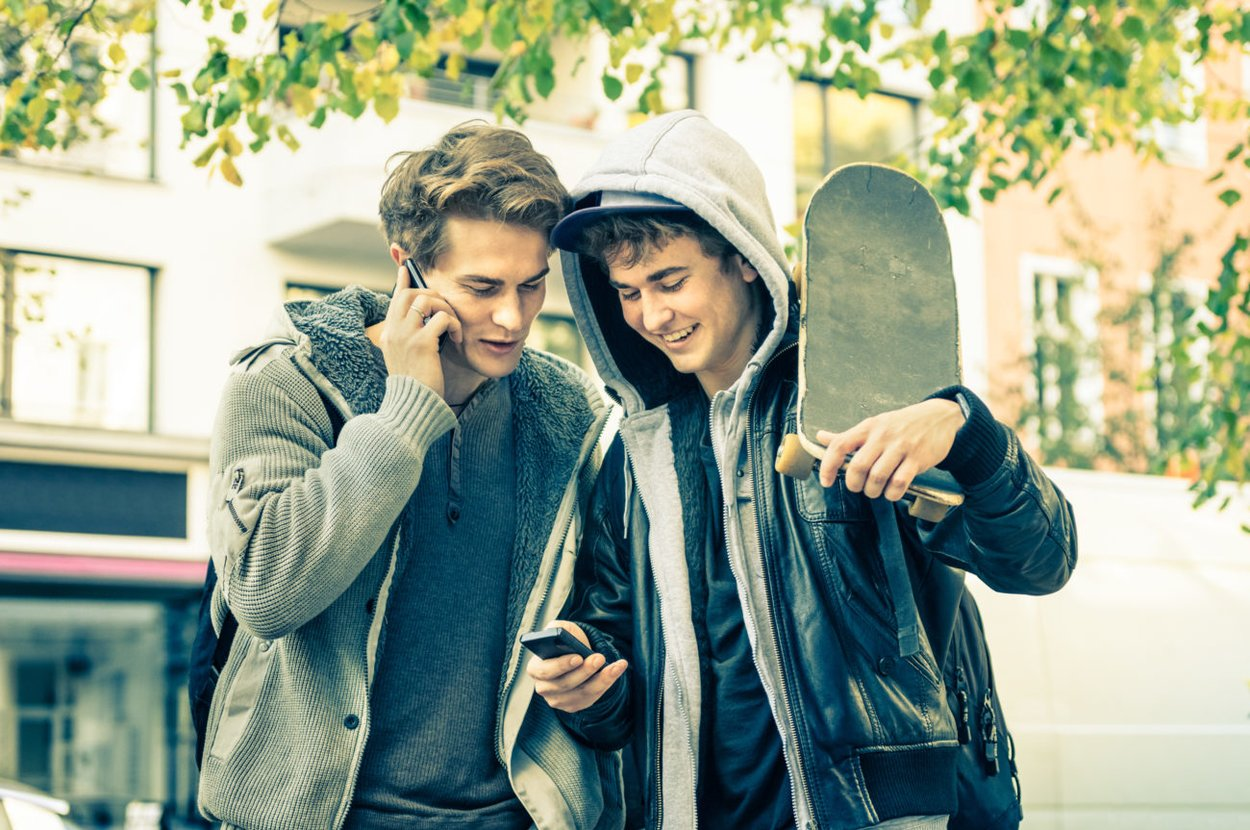 Coole Jungs am Handy