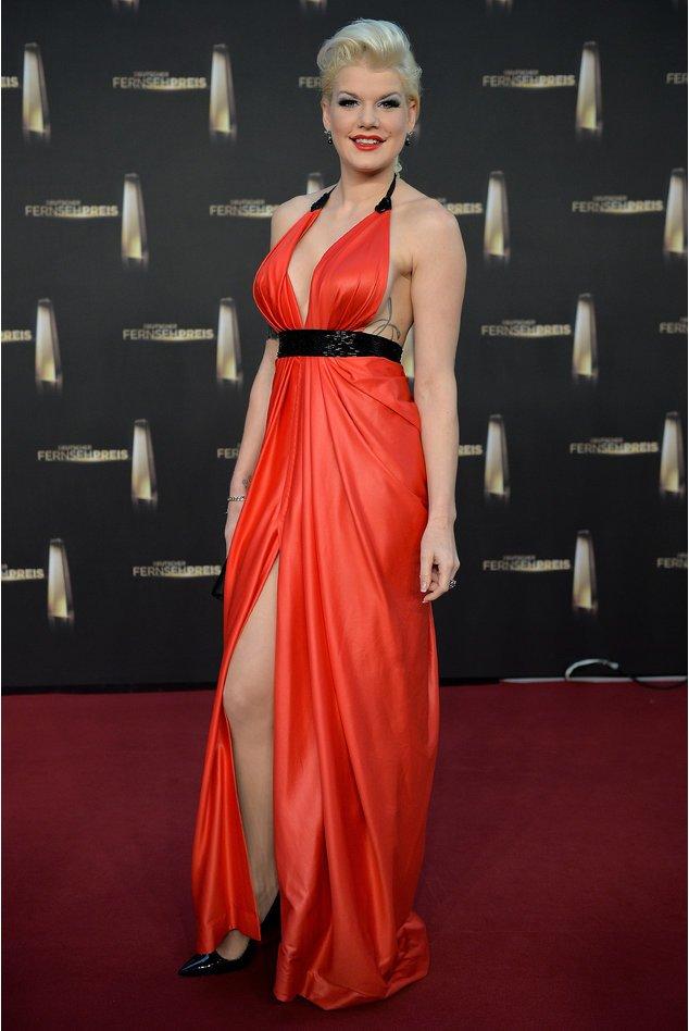 Melanie Müller in einem roten Kleid