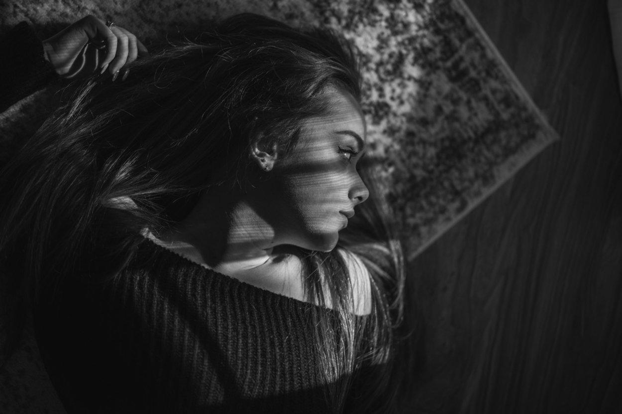 Frau schwarz-weiß traurig