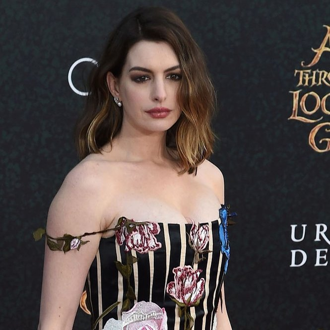 "Actress Anne Hathaway attends the premiere of Disney's ""Alice Through The Looking Glass,"" May 23, 2106 at the El Capitan Theatre in Hollywood, California. / AFP / Robyn BECK        (Photo credit should read ROBYN BECK/AFP/Getty Images)"