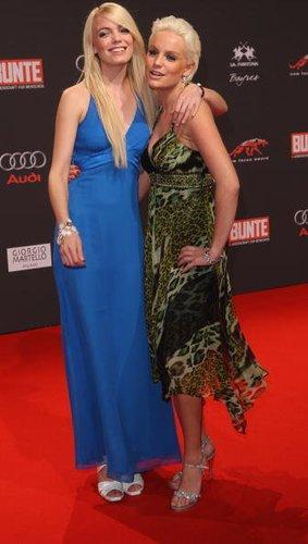 Die Models Gina Lisa Lohfink und Anni Wendler zusammen auf dem roten Teppich.
