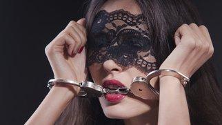 Frau in Handschellen