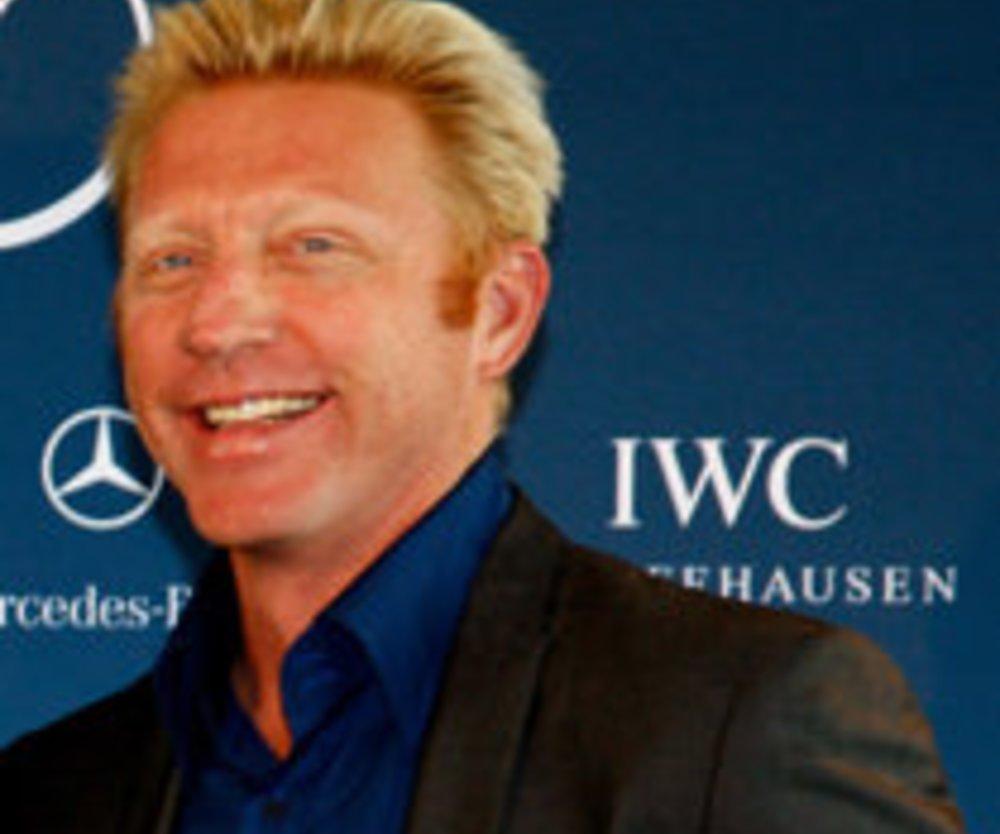 Boris Becker läuft auf Krücken