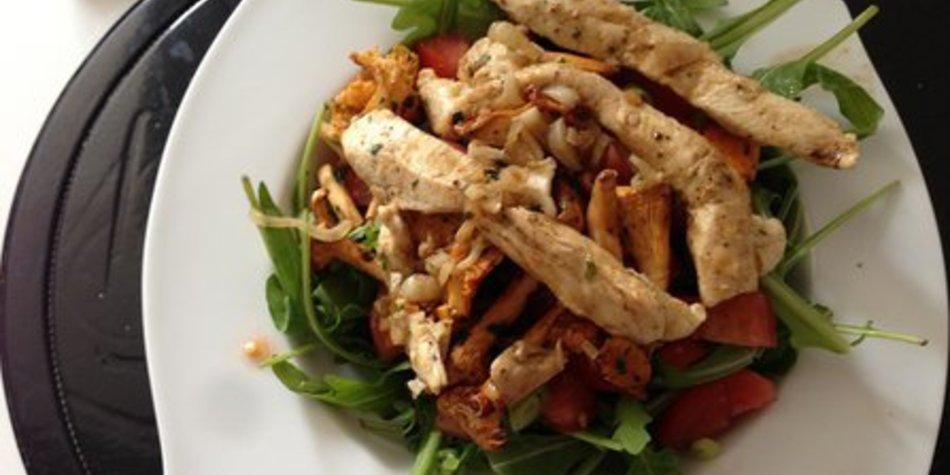 Low carb: Putenschnitzel an fruchtigem Rucolasalat