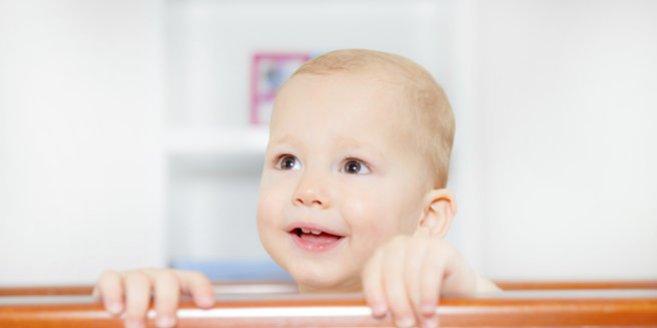 Zahnen: Baby mit ersten Zähnen.