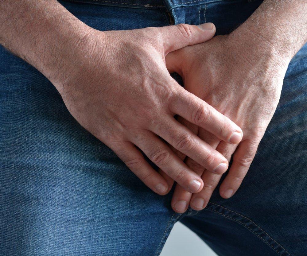 Hände vorm Schritt
