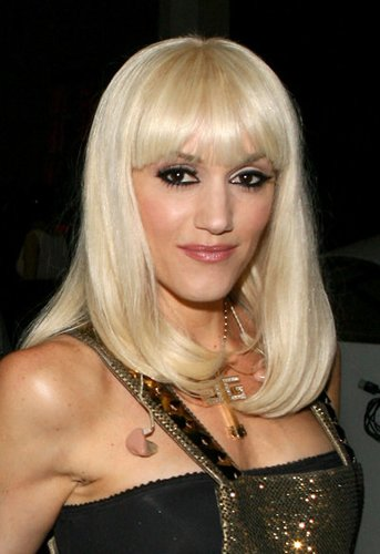 Gwen Stefani mit platinblonden Haaren