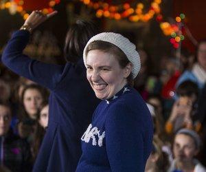 Lena Dunham im Hillary-Sweater