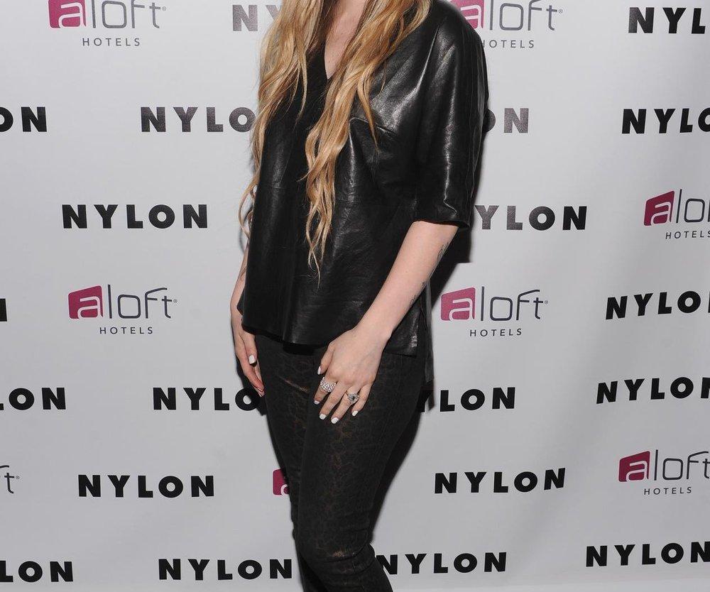 Avril Lavigne küsst eine Frau