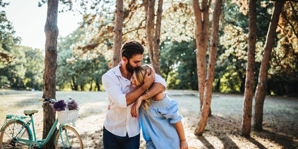 Irgendwie rührend, welche kleinen, süßen Dinge, die nichts mit Sex zu tun haben, Männer an Frauen bemerkenswert und total sexy finden.