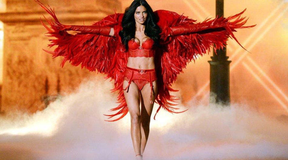 """Supermodel Adriana Lima bei der """"Victoria's Secret""""-Show in New York."""