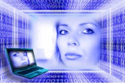 Frau im virtuellen Raum