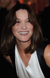Carla Bruni mit schulterlangem Haar