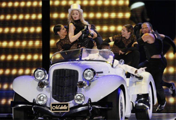Madonna rockt die Bühne.
