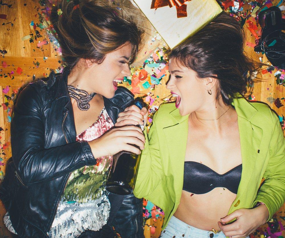 Zwei Mädchen feiern