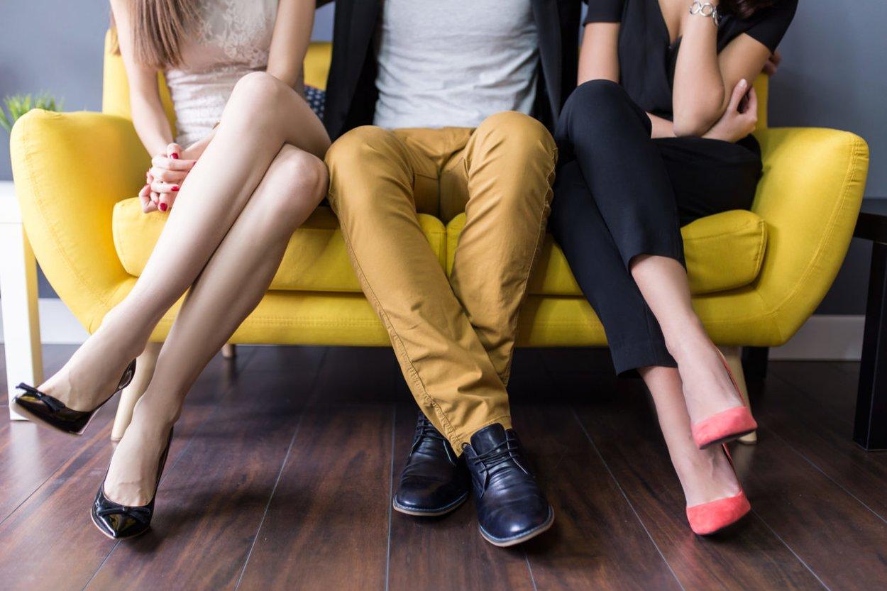 Dreiecksbeziehung auf dem Sofa