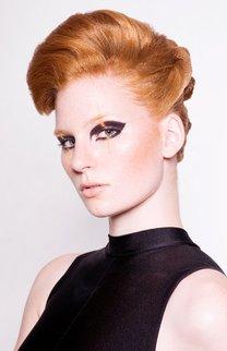 Toupiert: Rote Haare raffiniert hochgesteckt