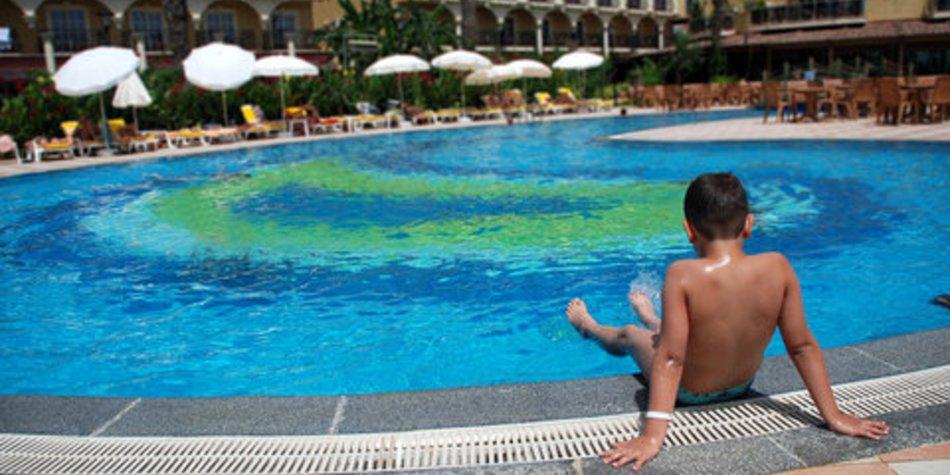 Kinder im Pool gut beaufsichtigen