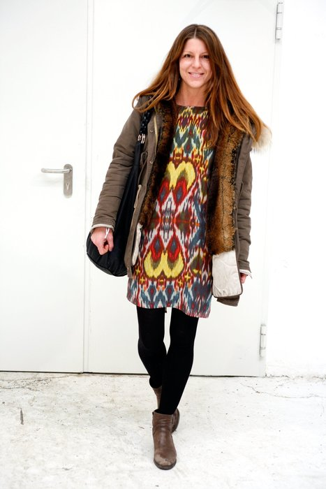 Fashionista trägt auf der Berlin Fashion Week 2013 ein schlicht-geschnittenes Kl