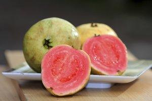 Mit dem schönen rosafarbenen Fruchtfleisch macht die Guave sich gut im Obstsalat!