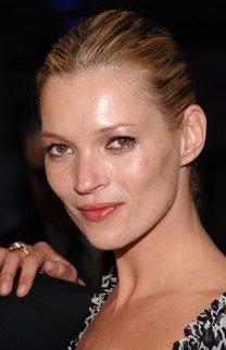 Kate Moss mit strenger Hochsteckfrisur