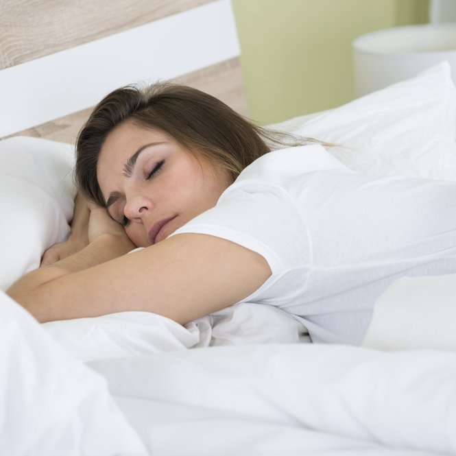 Bett schlafende Frau