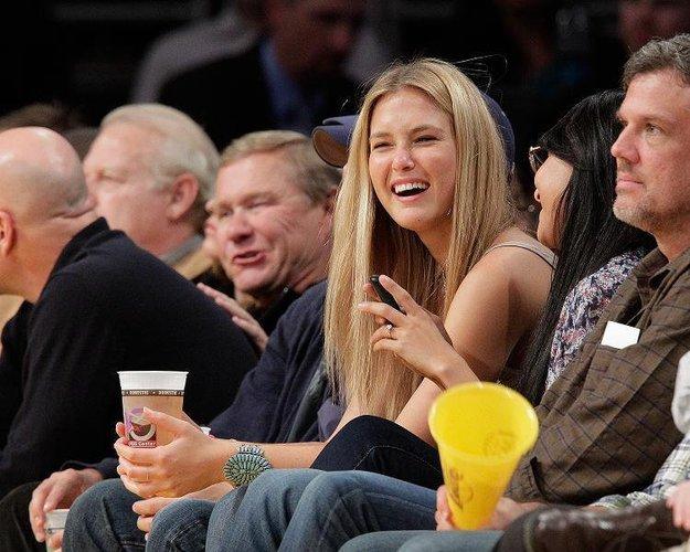 Bar Refaeli schaut sich 2010 ein Spiel der L.A. Lakers im Stadion an.