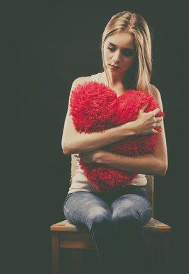 Mädchen mit Herzkissen