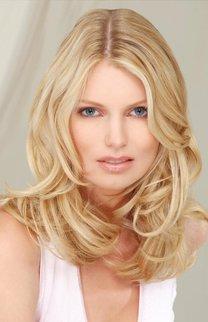 Schulterlanges, blondes Haar mit Wellen