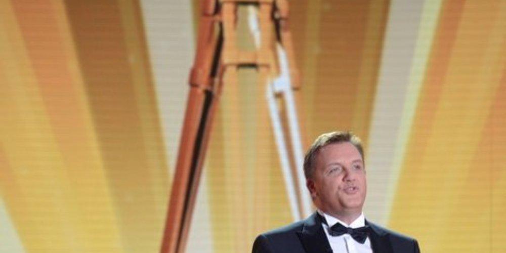 Hape Kerkeling moderiert die Goldene Kamera im Anzug.