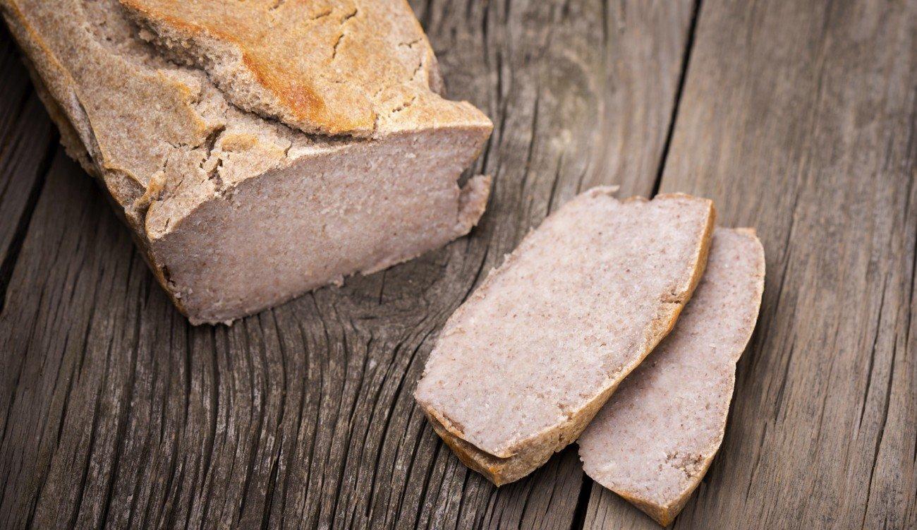 Glutenfreies Brot auf hölzernem Untergrunf