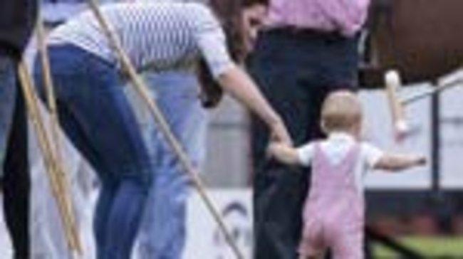 Der elf Monate alte Prinz George unternahm bei einem Poloturnier von Papa William erste Gehversuche. An Mama Kates Hand machte er den Spielfeldrand unsicher.