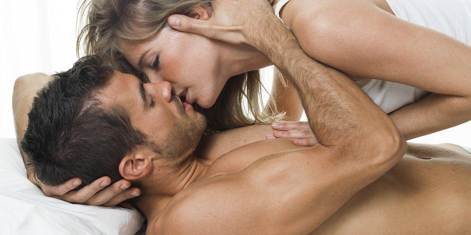 Paar im Bett küsst sich