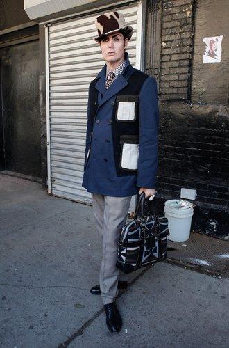 Patrick McDonald trägt ein Dandy-Outfit mit ausgefallenenm Zylinder