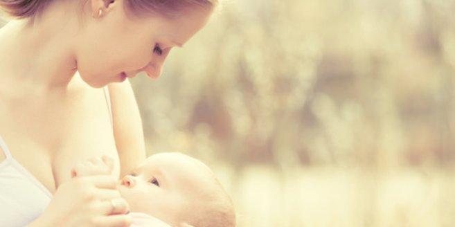 Stillberatung: mutter stillt ihr Baby