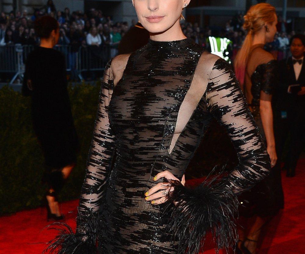 Anne Hathaway ist nun platinblond
