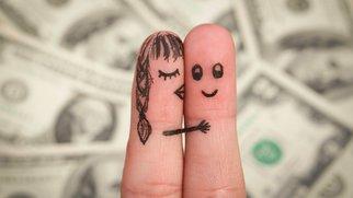 Angemalte Finger vor Geldscheinen