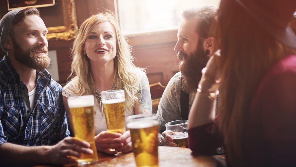 Drei Bier helfen besser gegen Schmerzen als Paracetamol