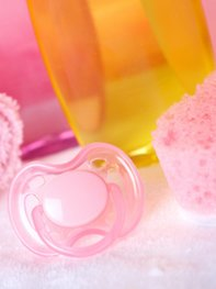 Anfangs greifst Du für die Babypflege am besten auf Wattepads und Waschlappen zurück.