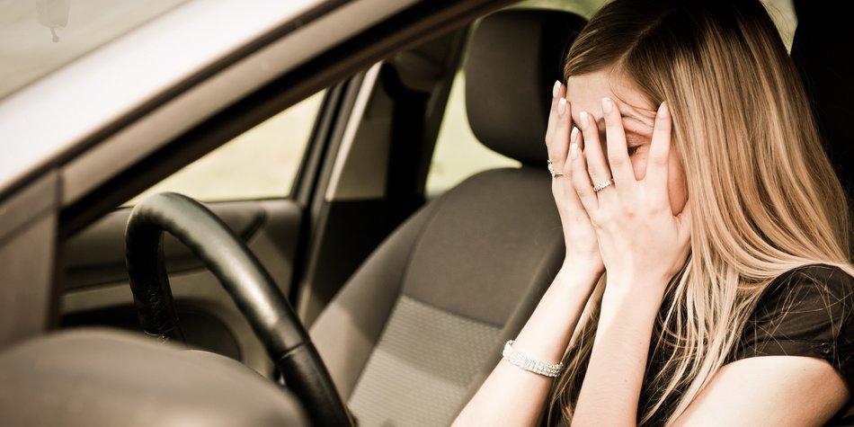 Frau hat Angst im Auto